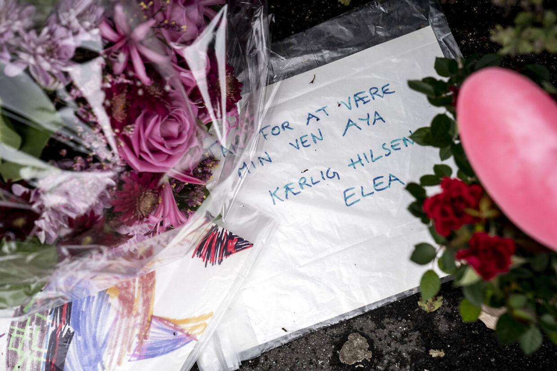 Folk lægger blomster og mindes den femårige pige, der mistede livet efter at være blevet ramt af en mandlig flugtbilist. Gerningsstedet bliver besøgt på Peter Bangs Vej på Frederiksberg torsdag den 29. oktober 2020.. (Foto: Mads Claus Rasmussen/Ritzau Scanpix)