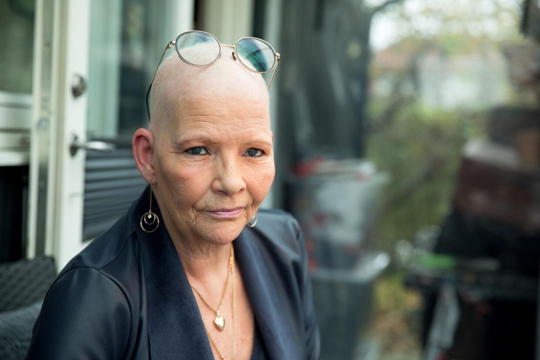 Uhelbredelige Dunja Fogelberg Hansen er den første kræftpatient, der fortalte om den lange ventetid under coronarestriktionerne. 11 gange forsøgte hun forgæves sidste forår at blive set af egen læge, men da det endelig skete, havde hendes lungekræft spredt sig. Foto: Jacob Crawfurd/BYRD