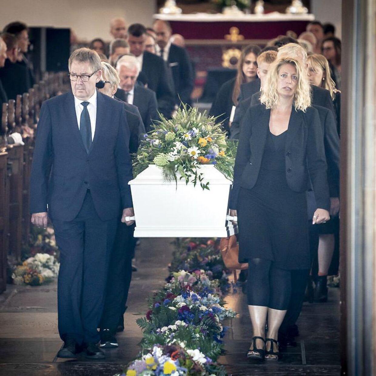 Poul Nyrup Rasmussen og blandt andre Morten Østergaard fra Radikale Venstre og Lone Dybkjærs datter Mette Dybkjær bærer kisten ud efter bisættelsen af Lone Dybkjær fra Holmens Kirke i København, tirsdag den 28. juli 2020.