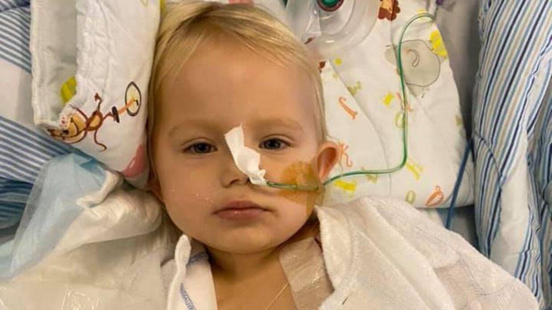 Lille to-årige Mille blev haste-operet for at sluge 21 magnetkugler. Nu krydser familien fingre for, at hun kan komme hjem til jul.