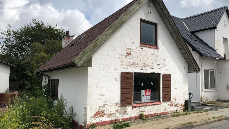 Her er det så, landets billigste hus. Man må påregne en ekstraudgift til pleje af facaden.