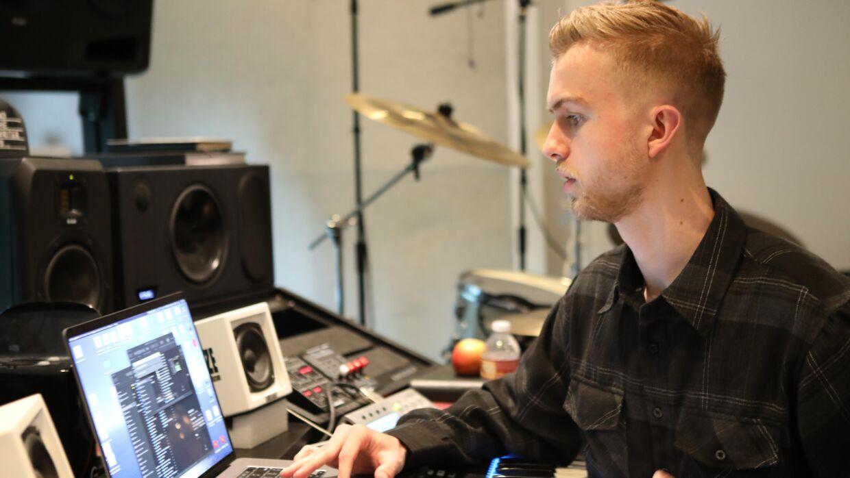 Oftest arbejder Anton Kühl-Jørgensen alene eller med andre sangskrivere og producere. Kun en sjælden gang imellem sidder han over for kunstneren selv.
