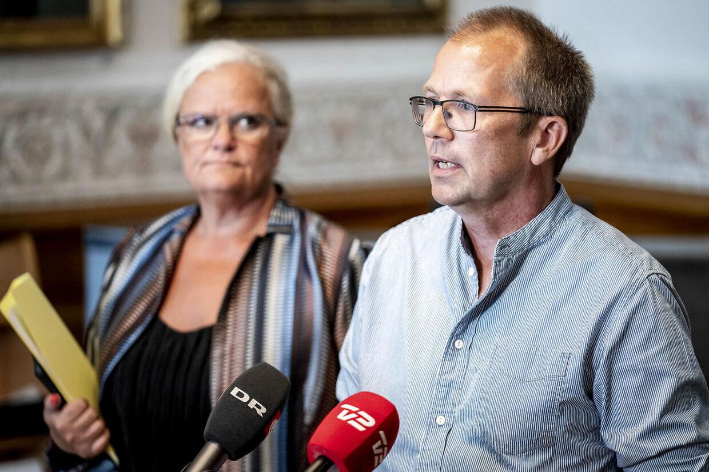 Peder Hvelplund (EL) og Liselott Blixt (DF) har begge flere spørgsmål til sundhedsminister Magnus Heunicke.