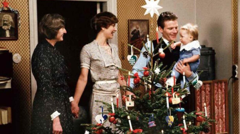 Alle elsker Matador - og lige nu kan du se den som julekalender på DR TV. Mangler du en julegave til Matador-elskeren, er den ultimative bog lige udkommet. (Foto: Else Tholstrup/DR)
