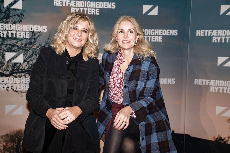 Paprika Steen og Helle Thorning-Schmidt ved gallapremieren på komedien 'Retfærdighedens ryttere' i november 2020. Foto: Emil Helms/Ritzau Scanpix.