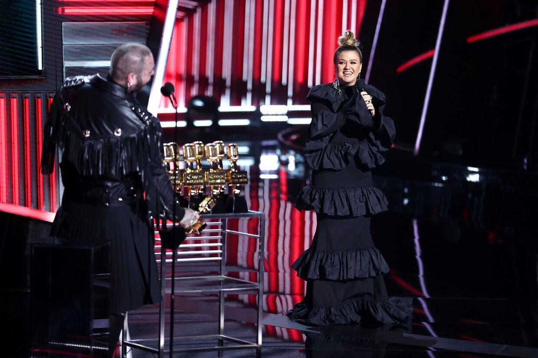 Post Malone sammen med Kelly Clarkson i dette år 'The Voice' i USA. Den løn hun tjener i programmet indgår nu i skilsmissedramaet mellem hende og hendes eksmand.