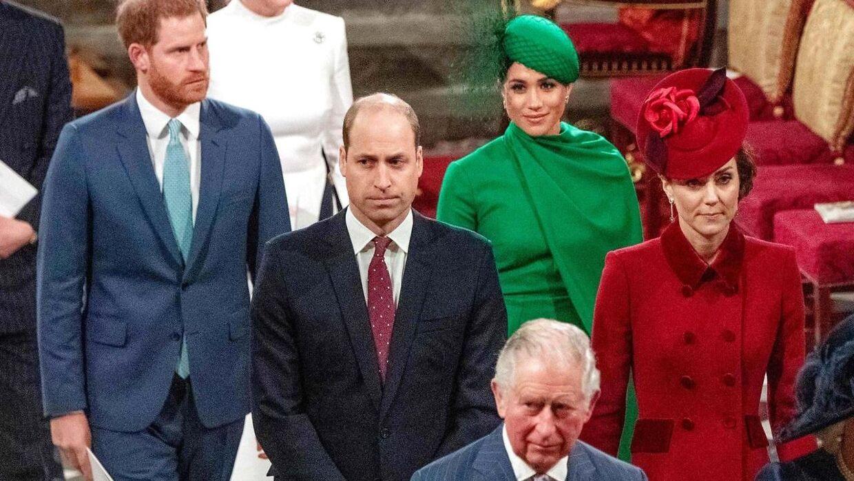 Det var svært at finde en grimasse, der kunne passe, da den britiske kongefamilie skulle deltage i den årlige Commonwealth-gudstjeneste i marts. Begivenheden var nemlig den sidste officielle pligt, som prins Harry og heruginde Meghan deltog i, før de forlod livet som kongelige. Og som det tydeligt ses, var der ikke enighed i familien om den beslutning.