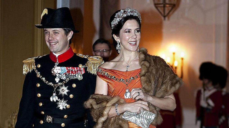 Kronprinsesse Mary bar for første gang en af Jesper Høvrings kjoler ved nytårstaflet på Amalienborg den 1. januar 2010.