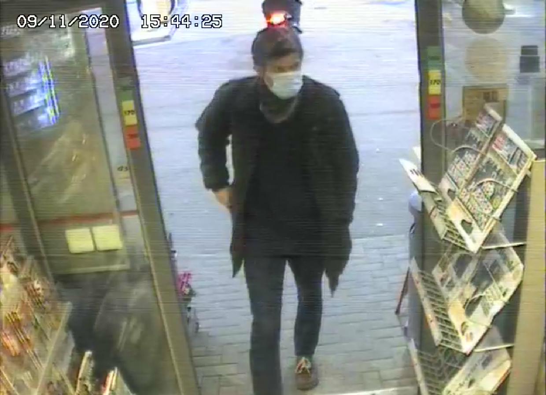I håbet om nye henvendelser har Nordsjællans Politi bl.a. offentliggjort dette overvågningsfoto fra 9. november af den drabssigtede præst.