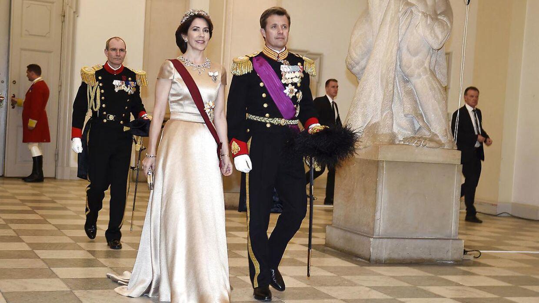 Jesper Høvring har blandt andet lavet denne gyldne kreation, som Kronprinsesse Mary havde på til en gallamiddag på Christiansborg i 2017 i anledning af det belgiske kongepars statsbesøg i Danmark.