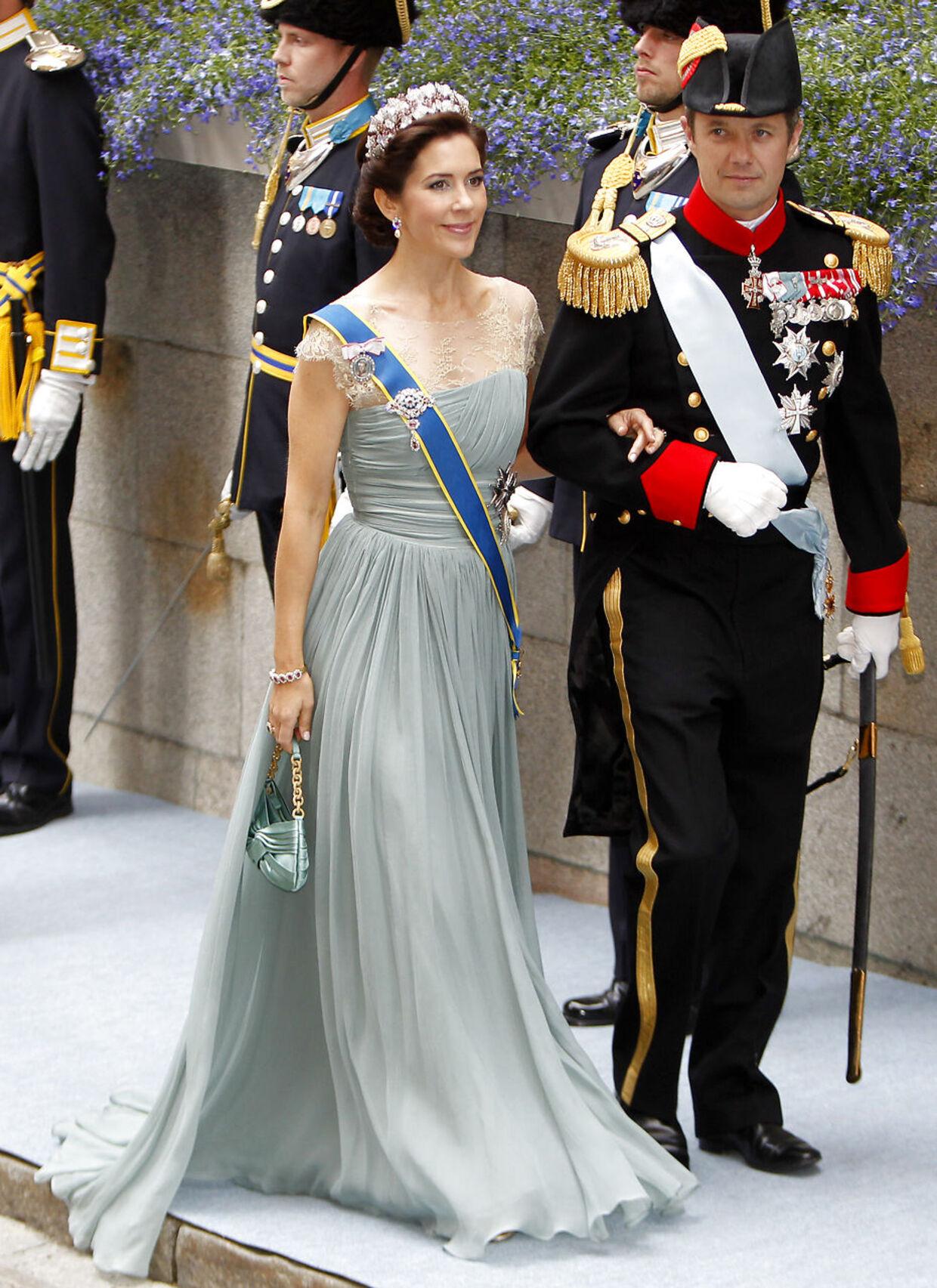 Это платье от Джеспера Ховринга носила кронпринцесса на свадьбе шведской кронпринцессы Виктории в 2010 году.