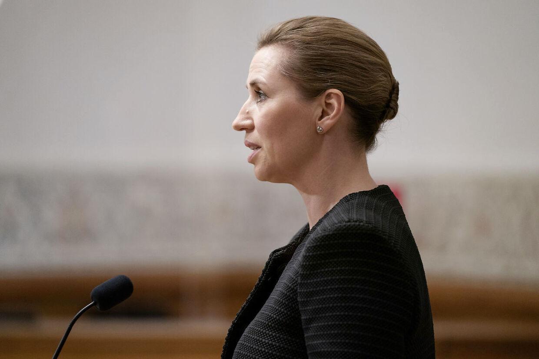Statsminister Mette Frederiksen (S) dækker sig ind bag 'folkesundheden' i minksagen.