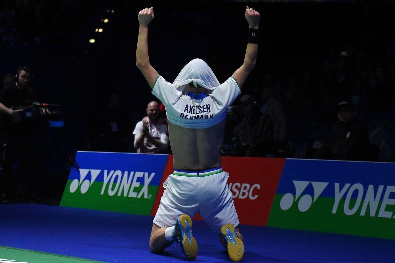 Viktor Axelsen faldt på knæ og trak trøjen over hovedet, da sejren var i hus.