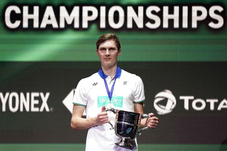 Endelig kunne Viktor Axelsen løfte All England-trofæet.