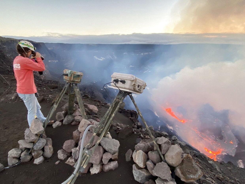 På dette foto fra det amerikanske geologiske overvågningscenter (USGS) ses en videnskabsmand, der måler det nyeste udbrud af vulkanen Kilauea i Hawaii 21. december 2020.