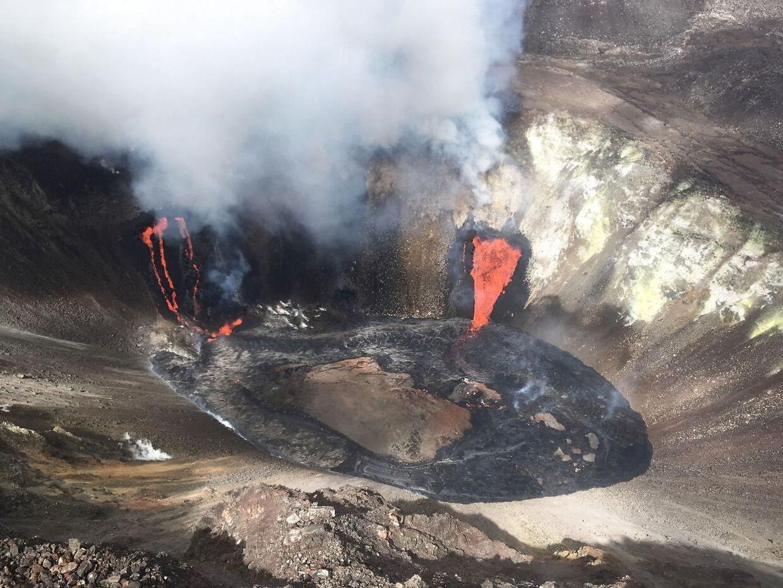 Tre sprækkeåbninger lod lavaen fylde, hvad der var en sø i centrum af krateret, op.