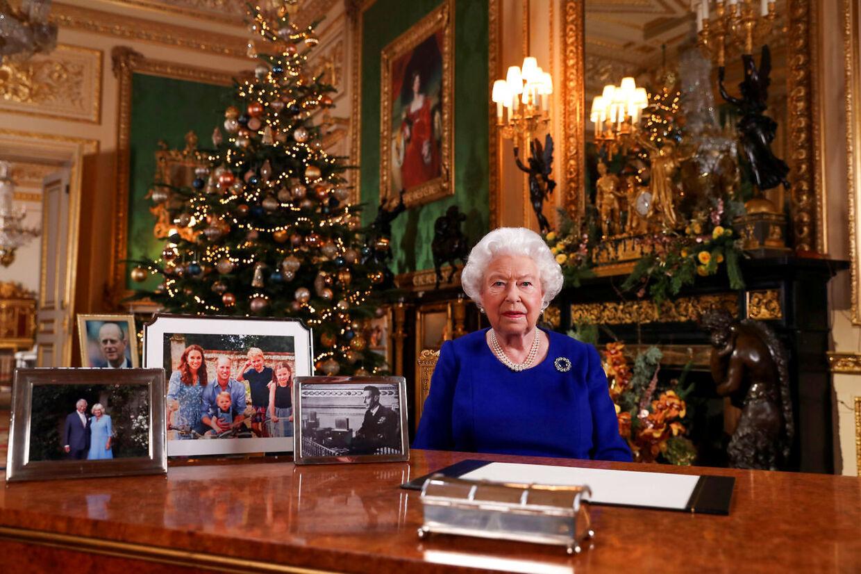 Sidste år havde den britiske dronning masser af billeder på sit bord - men intet af Harry og Meghan.