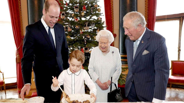 Dronning fik også taget julebilleder med de tre første i tronfølgen sidste år - prins Charles, prins William og prins George.