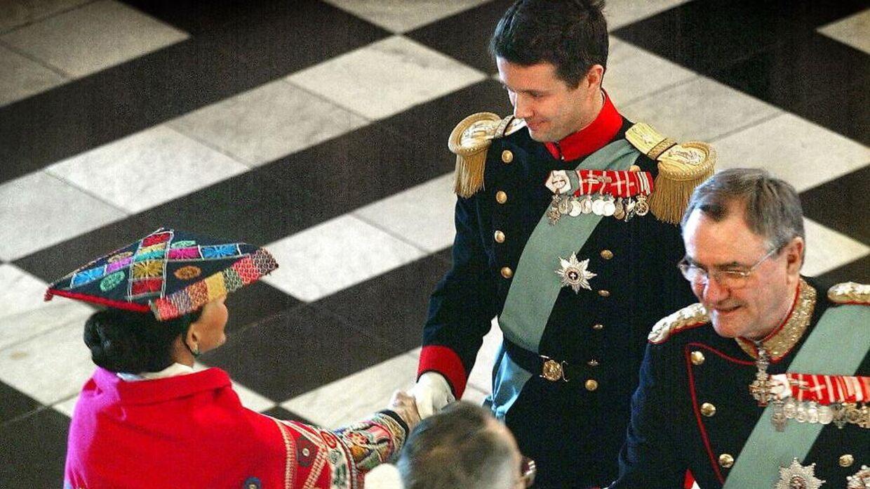 Среди прочего, принцу Хенрику было нелегко с тем, что наследный принц Фредерик, а не он сам, должен был заменить королеву на новогодней вечеринке в 2002 году.