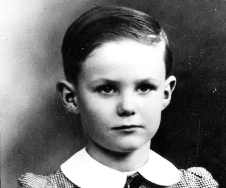 Принц Хенрик был очень застенчивым мальчиком и юношей.  В документальном фильме вы слышите, как он, среди прочего, рассказывает, как иногда он переходил другую сторону дороги, чтобы не приветствовать людей.