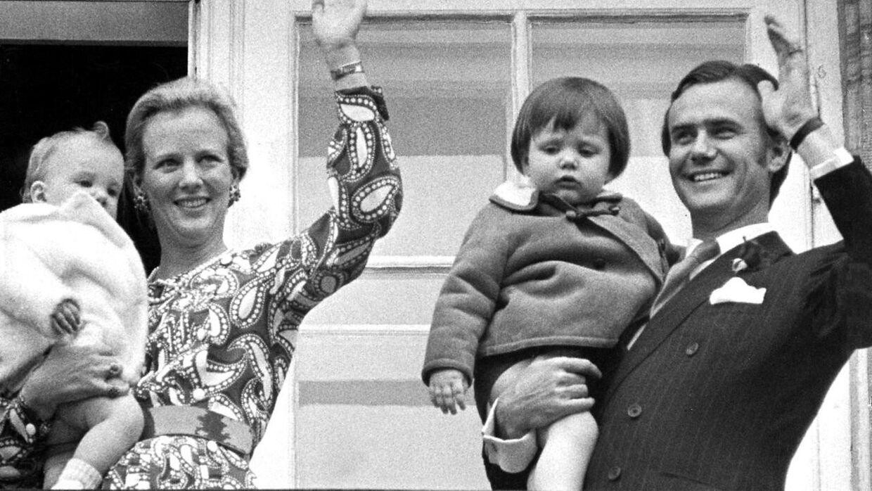 Prins Henrik havde et lidt strengere syn på børneopdragelse, end mange danskere havde. Men han blødte op, da det kom til børnebørnene, fortæller Stéphanie Surrugue.