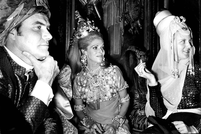 Наследница престола принцесса Маргрет и принц Хенрик не боялись наряжаться.  Здесь их видят на восточной вечеринке с бароном Лопесом де Реде в его особняке в Париже.