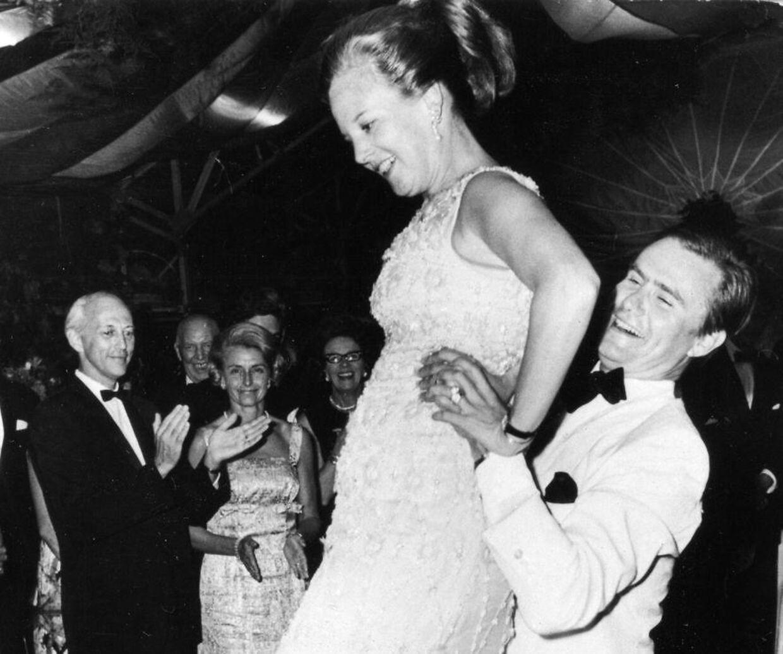 Принц Хенрик всегда был занят.  Здесь он хорошо ухватился за свою жену в 1969 году, когда они танцевали лансьер на вечеринке в Ридхейв с парой американских послов в Дании.