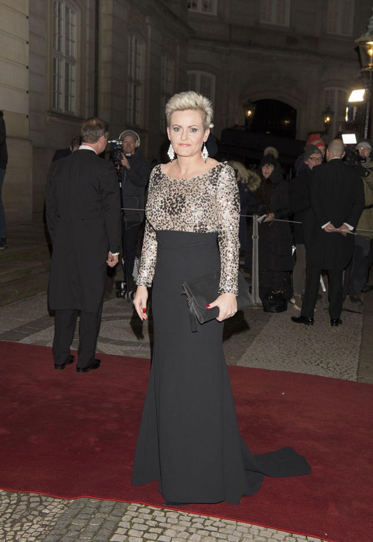 Йеспер Ховринг также сделал это платье, которое надела министр образования Пернилле Розенкранц-Тейл на новогоднем празднике 2020 года.
