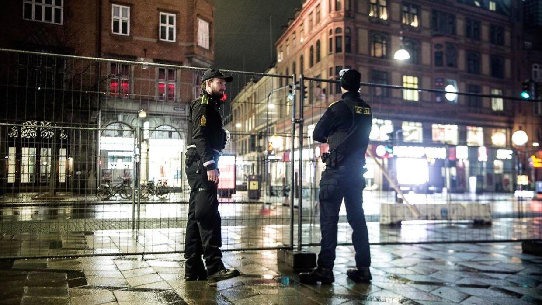 Fest og fejring på nytårsaften i København midt i en pandemi tid. Politiet melder om en usædvanlig stille aften.