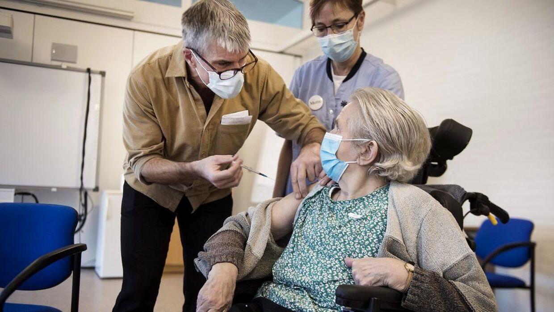 Risikogrupperne skal først vaccineres mod corona. Her er det vaccination af beboere og ansatte på en række plejehjem i Svendborg Kommune 3. januar 2021. Grethe Holm, vaccineres af læge Cees Stavenuiter. (Foto: Tim Kildeborg Jensen/Ritzau Scanpix).