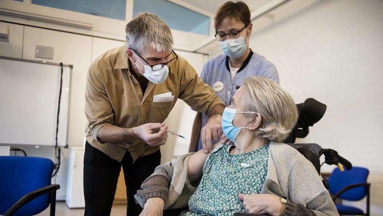 De første til at blive vaccineret i Danmark er plejehjemsbeboere og sundhedspersonale.