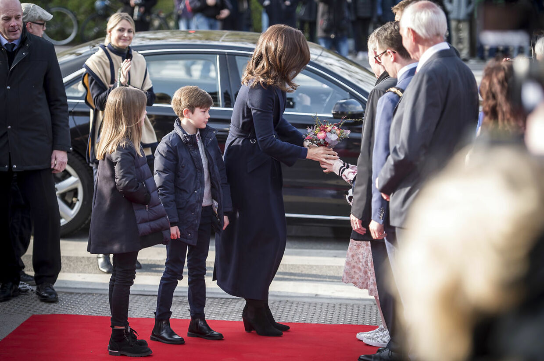 С раннего возраста королевские дети были с родителями на служебных командировках.  Вот принц Винсент и принцесса Жозефина, которые присутствовали, когда наследная принцесса Мэри в 2019 году открыла новое помещение для панд в зоопарке Копенгагена.