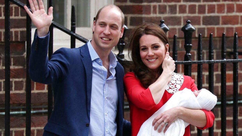 Kate og William har sikret tre arvinger til tronen. Her ses de kort efter, at seneste skud på stammen blev født - nemlig den lille prins Louis i 2018.