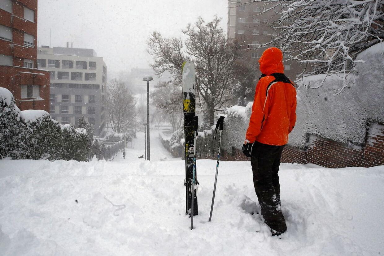 En person står på ski i Madrids gader