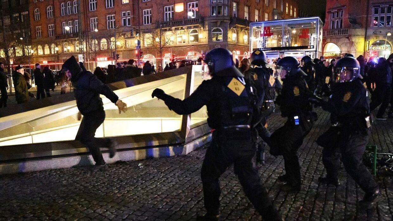 18 blev anholdt, og flere betjente kom til skade.
