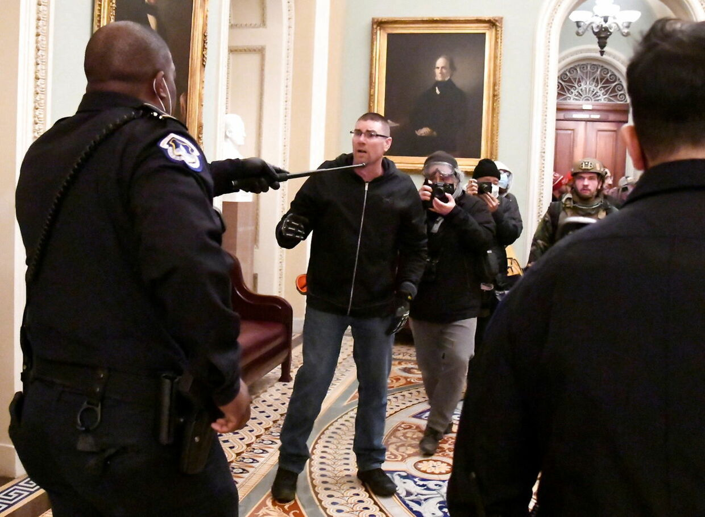 Eugene Goodman ses her til venstre, efter at han har lokket demonstranterne hen til sine kollegaer.