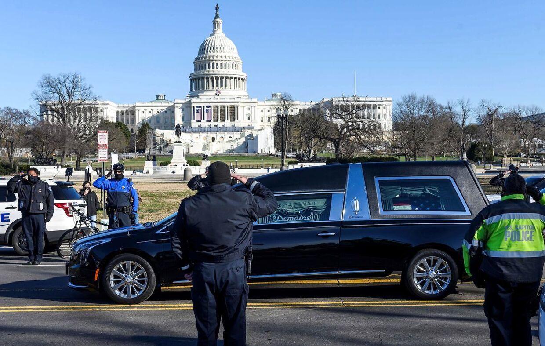 Brian Sicknicks kolleger viste deres sidste respekt, da hans båre mandag kørte gennem Washington.