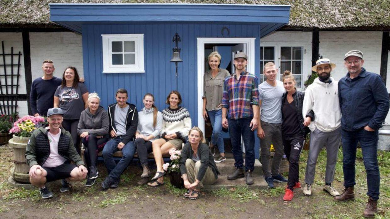 Arkivfoto fra programmet 'Hjem til gården' hvor vært Lene Beier og dommer Philip Dan Hansen ses i døråbningen. Foto: Lotta Lemche/TV 2