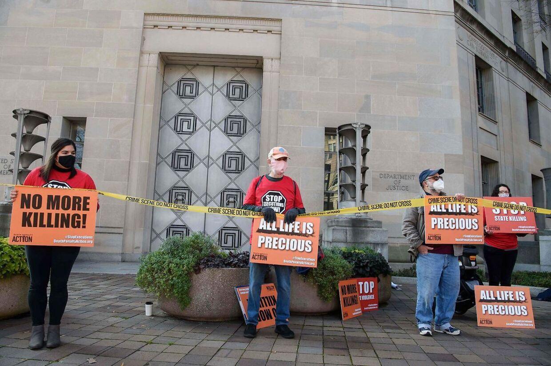 Demonstranter foran justitsministeriet i Washington.