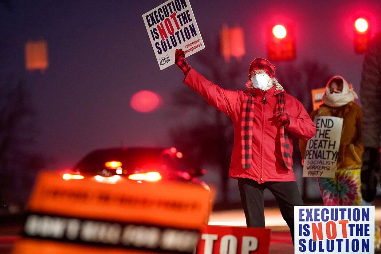 Demonstranter mod dødsstraf uden for fængslet i Indiana natten til onsdag lokal tid, da Lisa Montgomery blev henrettet.