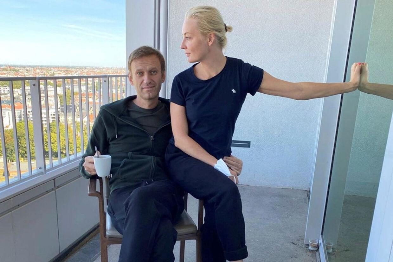 Aleksej Navalnyj og hans kone, Julia, på hospitalet Charite i den tyske hovedstad Berlin i september. Måneden forinden var han tæt på at dø efter at være blevet forgiftet med nervegiften Novitjok, der er udviklet af det russiske militær. @navalny/Reuters