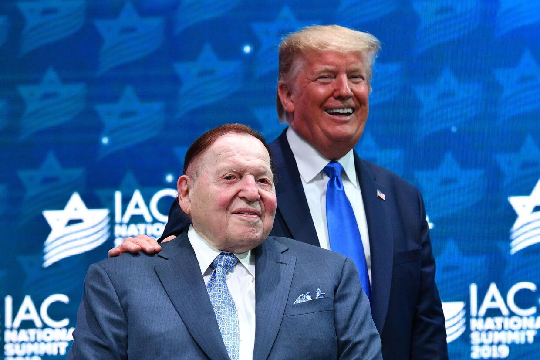 Så gode venner var de - milliardæren Sheldon Adelson og præsident Donald Trump. Her under et møde i Israeli American Council i december 2019. Mandel Ngan/Ritzau Scanpix