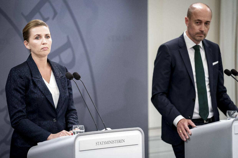 Statsminister Mette Frederiksen (S) og sundheds- og ældreminister Magnus Heunicke (S) under pressemøde om corona i Spejlsalen i Statsministeriet på Christiansborg.