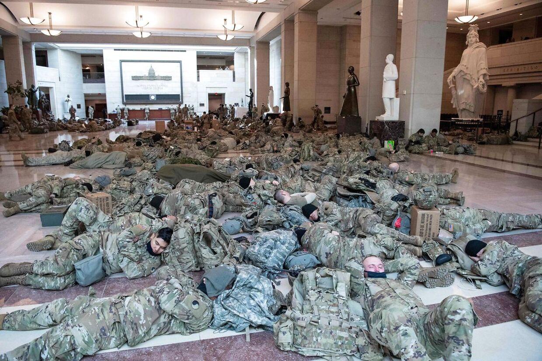 Soldater fra Nationalgarden hviler sig i gæsteområdet i Kongressen på Capitol Hill i Washington, D.C. i timerne op til afstemningen om rigsretssagen mod præsident Donald Trump.