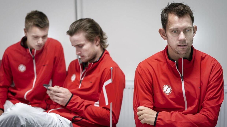 Mikael Torpegaard er en del af det danske Davis Cup-hold. Her ses han sammen med Holger Rune (tv.) og Frederik Løchte Nielsen (th.).