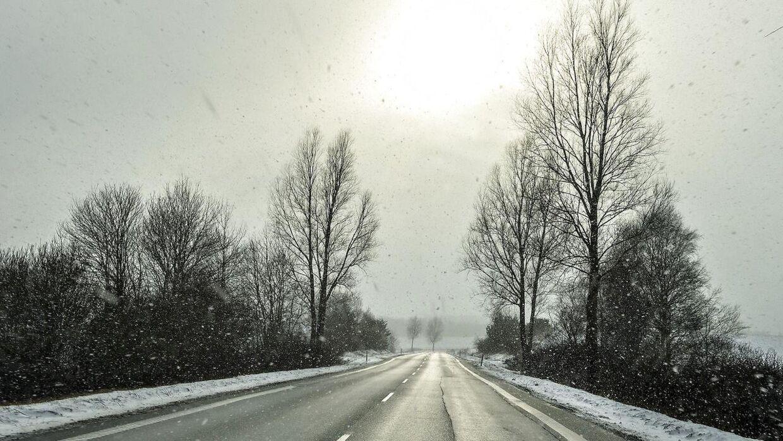 Vi får ikke sne af betydning torsdag, men kulde og måske lidt sol. Til gengæld skal du passe på glatte veje, lyder det fra DMI. (Arkivfoto)