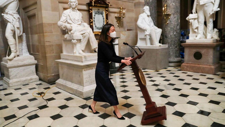Torsdag kunne en medarbejder fra Nancy Pelosis stab trække talerstolen tilbage i Kongressen, efter den sidste onsdag blev stjålet under angrebet på bygningen. (Foto: Scanpix)