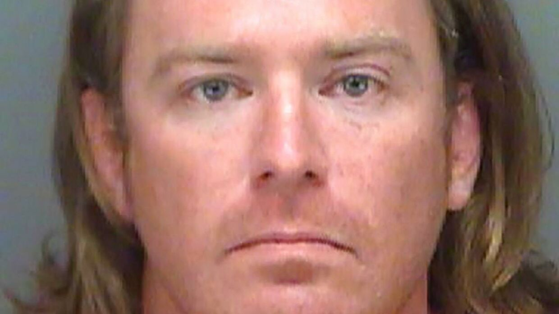 Adam Christian Johnson blev anholdt lørdag, tre dage efter han deltog i angrebet, efter FBI havde udstedt en arrestordre. Han er senere blevet løsladt, men er sigtet for blandt andet tyveriet af talerstolen. (Foto: Scanpix)