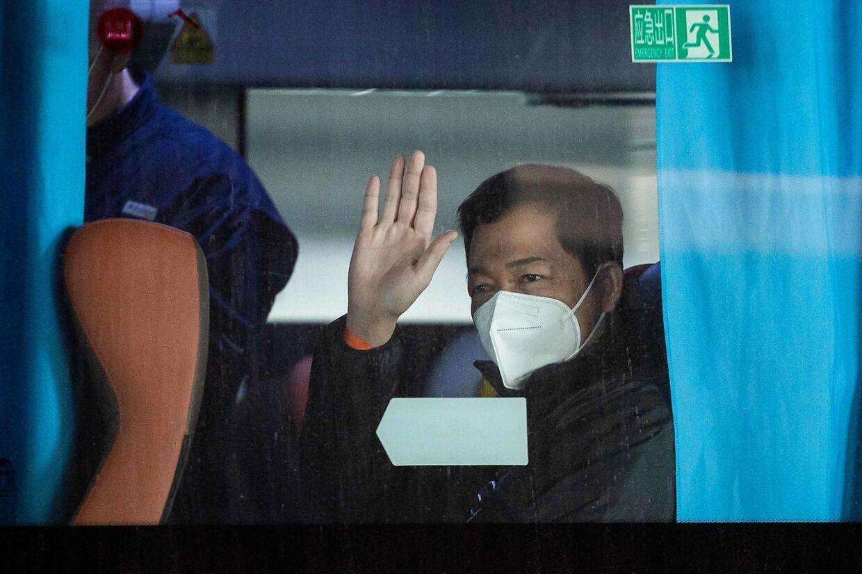 Her ses billeder af holdet fra WHO, der nu skal undersøge virussens oprindelse