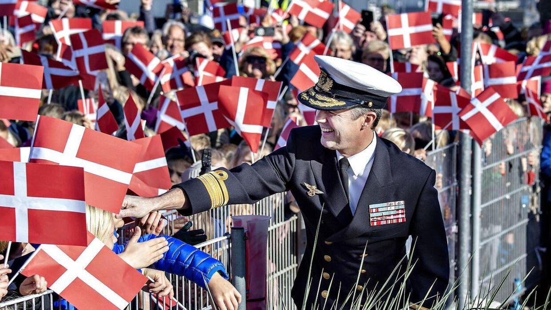 Kronprins Frederik hilser på borgerne efter ankomsten med kongeskibet Dannebrog til Frederikshavn, tirsdag 25. september 2018.